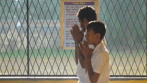 Sinhalese schoolboys pray before lesson on first day Archivo