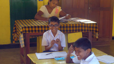 Sinhalese schoolboys sculpt against teacher Archivo