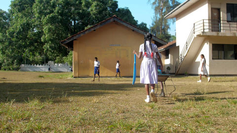 Sinhalese kids in uniforms walk to school building Archivo
