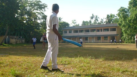 Sinhalese schoolboy plays cricket on playground Archivo
