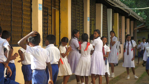 Sinhalese schoolkids stand waiting for lesson in school yard Archivo