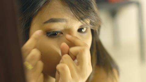 Young Thai Lady glues fake eyelashes ビデオ