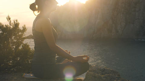 Woman meditates on nature at sunset Acción en vivo