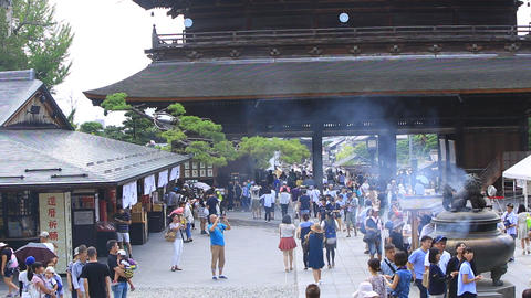 Crowded with tourists, the temple of Zenkoji Temple ビデオ