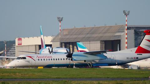 Turboprop airplane before departure Archivo