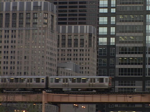 The El Train passes through Chicago Stock Video Footage