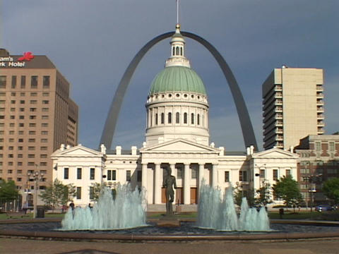 The St. Louis arch rises above the downtown courthouse Stock Video Footage