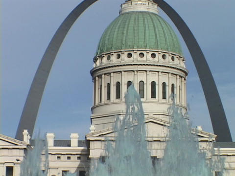 The St. Louis arch frames the downtown courthouse Stock Video Footage