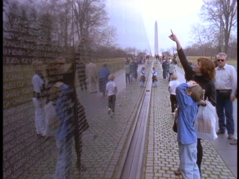 A mother points out names to a child at the Vietnam Wall Stock Video Footage