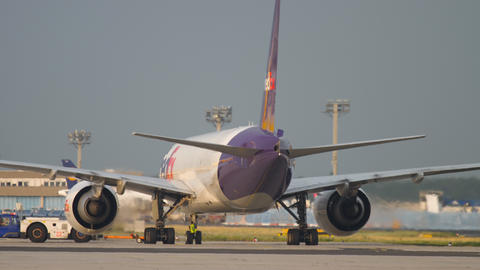 Boeing 777 push back before departure Archivo