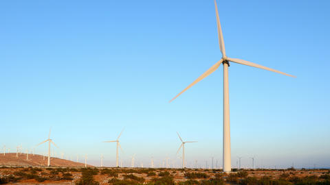 Wind turbines in Southern California near Palm Springs ビデオ