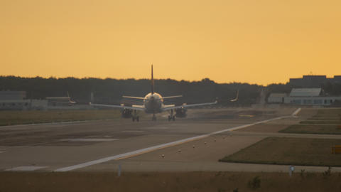 Airplane landing at the early morning Archivo