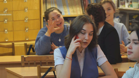 Young woman talking on the phone in the office and smiling Archivo