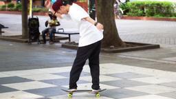 Men to practice skateboard. スケートボードを練習する男性