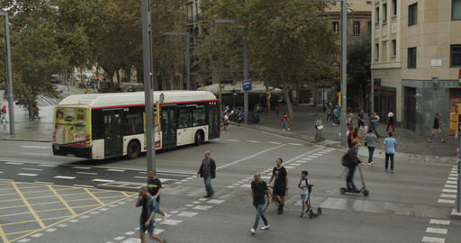 Timelapse. View of people and traffic at pedestrian crossing in Barcelona city ビデオ