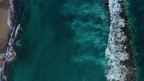 Top view of the surface of the Atlantic Ocean near the coast - waves roll Archivo