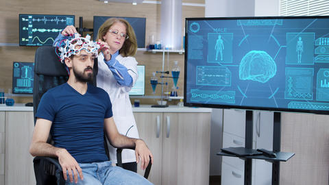 Female scientis in research for brain activity ビデオ