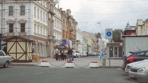 A group of people stand at the intersection of the pedestrian zone and talk Archivo