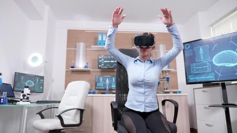 Female scientist in brain research using futuristic technology Archivo