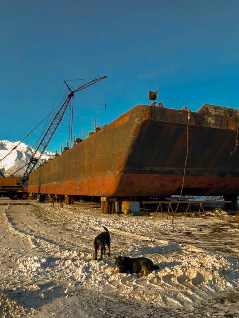 Winter barge work フォト