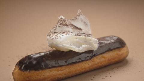 Confectioner adds cinnamon to the white chocolate on the eclair, making dessert ビデオ