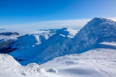 Blue Sky over Snowy Peaks フォト