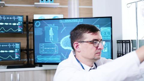 Doctor in neurology science preparing patient for brain scan ビデオ