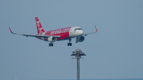 Airbus 320 approaching over ocean ビデオ