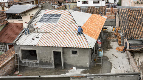 Cuenca, Ecuador - 2019-10-05 - Timelapse Construction - Roof Tiles Being Placed ビデオ