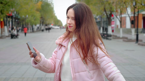 Beautiful young girl dancing freely in the city. Feels a sense of joy, not shy Archivo