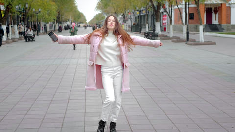 Beautiful young girl dancing freely in the city. Feels a sense of joy, not shy ビデオ