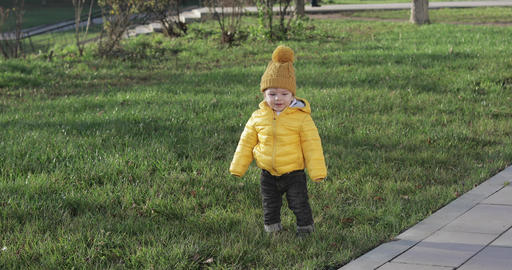 Baby in a yellow jacket ビデオ