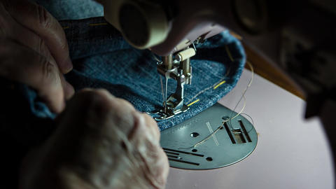 Sewing machine in action ビデオ