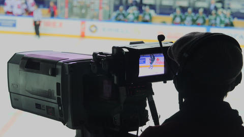 cameraman films intense hockey match on large ice rink ビデオ