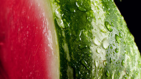 Closeup slow motion video of water flowing and falling water drops on fresh ripe Archivo