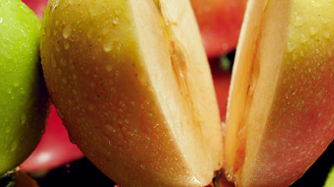 Closeup dolly video of camera moving along fresh ripe apples covered in water Archivo