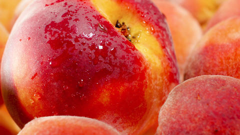 Closeup 4k dolly video of lots of fresh ripe peaches and nectarins. Perfect Archivo