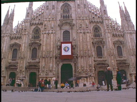 Pigeons fly in the courtyard in front of the Duomo... Stock Video Footage
