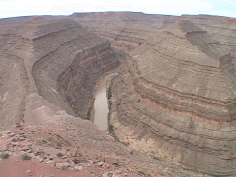 The San Juan River cuts through curving sandstone canyons... Stock Video Footage
