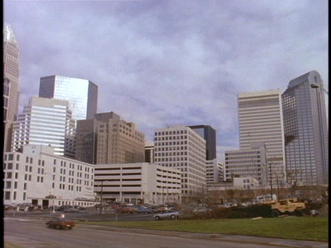 Cars drive into the Charlotte, North Carolina downtown Stock Video Footage