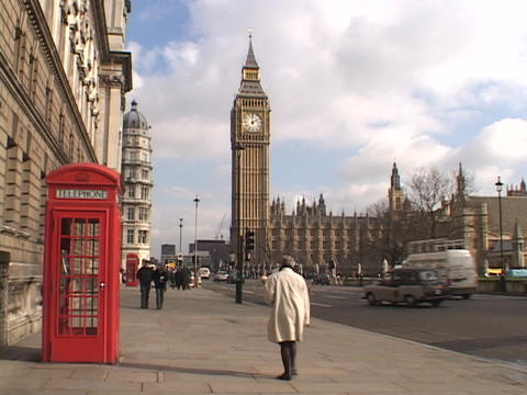 London traffic passes by Big Ben and the Parliament building Stock Video Footage