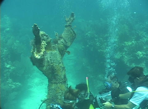 Scuba divers examine a large statue at the bottom of the... Stock Video Footage