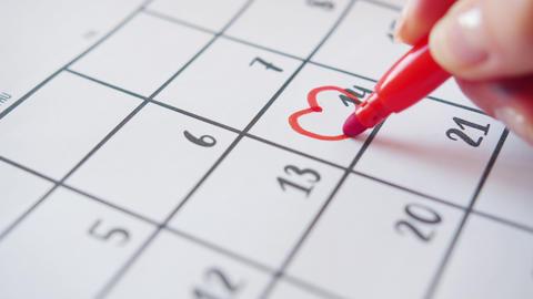 Slow motion of human hand drawing heart shape around 14 February in calendar ライブ動画