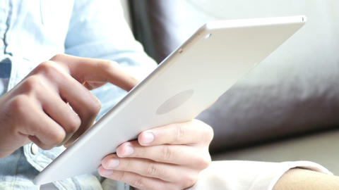 Browsing Online on Tablet ビデオ