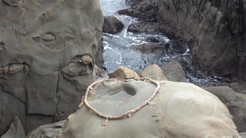 throw a clay ball (undama) landing in the rope brings good luck at Udo Shrine in ビデオ