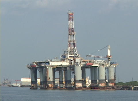 People repair an oil platform along the Gulf Coast... Stock Video Footage