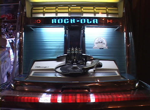A 45 rpm record is played on an old fashioned jukebox Stock Video Footage