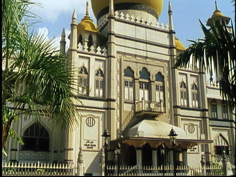 A large mosque rises above a city street in Singapore Stock Video Footage