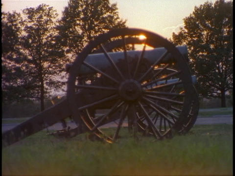 An old cannon sits on a Civil War battlefield Stock Video Footage