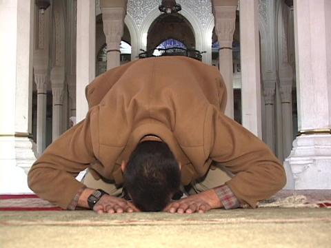 An Iraqi Muslim prays in a mosque of Baghdad Stock Video Footage
